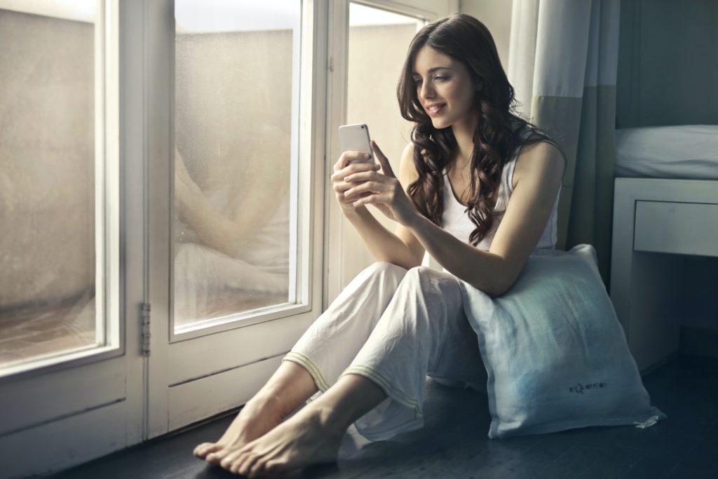 schöne frau texting